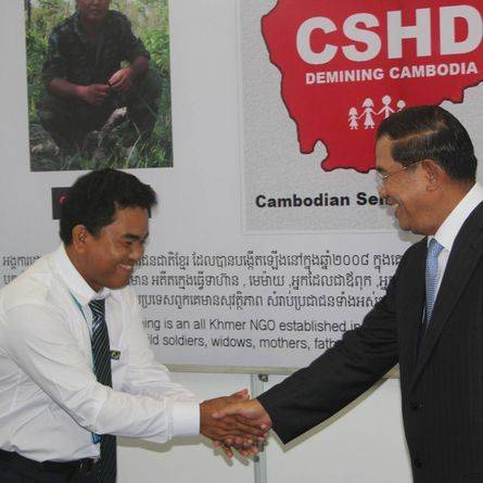 Cambodian Self Help Demining - Aki Ra meets Hun Sen